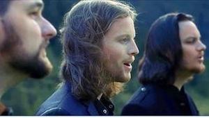 Kun viisi miestä alkaa laulamaan niityllä, tapahtuu jotain taianomaista