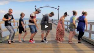 Matkustellessaan mies pyysi vieraita tanssimaan - tämä video ilahdutti netinkäyt