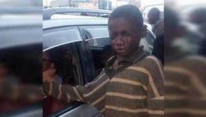 Koditon lapsi lähestyy autoa pyytäen rahaa, mutta purskahtaa itkuun nähdessään k