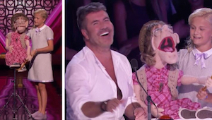 12-vuotias tulee lavalle nuken kanssa, ja alkaa iskeä yhtä tuomareista – naurull
