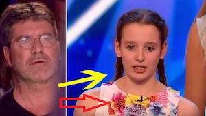 Tyttö esiintyy lavalla 17-henkisen kuoron kanssa. Kun he paljastavat, mitä he ai