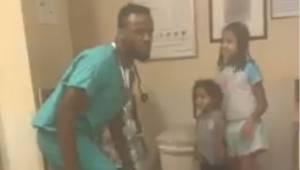 Hän huomasi hänen lastaan hoitavan lääkärin käyttäytyvän oudosti. Hän otti esiin