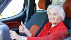 Vanhempi nainen ajoi liian hitaasti moottoritiellä. Syy? Pakahdut naurusta!