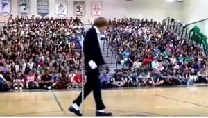 Teini menee liikuntasalin keskelle ja kun musiikki lähtee soimaan, koko väkijouk