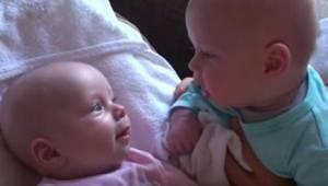 Veli päätti hieman jutella kaksossisarensa kanssa...katso huvittava keskustelu!