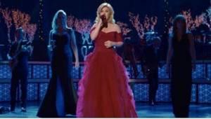 """Kelly Clarkson lauloi kappaleen """"Jouluyö, juhlayö"""" yhdessä kahden yllättäen varj"""