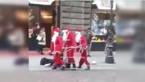 Kolme joulupukkia tanssii kadulla. Kun ohikulkijat lähestyvät, he eivät voi usko
