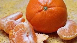 Lääkärit varoittavat - älä tee tyypillistä virhettä mandariinia kuoriessasi.