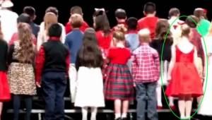 Katso tarkkaan punaiseen pukeutunutta tyttöä niin ymmärrät, miksi miljoonat ihmi