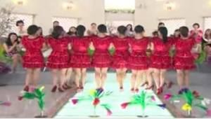Naiset punaisissa mekkoissa asettuivat yhteen riviin. Se mitä he hetken kuluttua