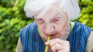 Lääkärit varoittavat - TÄMÄN juominen kolminkertaistaa dementian riskin!