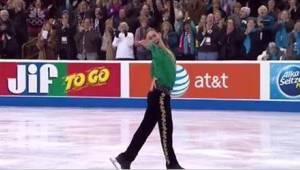 Taitoluistelija esittää Riverdancen jäällä ja saa seisovat aplodit!