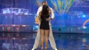Pari seisoo lavalla ja katsovat toisiaan rauhallisesti, mutta hetken kuluttua he