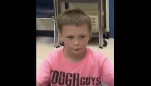Muut pojat nauroivat hänelle, sillä hän pukeutui vaaleanpunaiseen t-paitaan. Näh