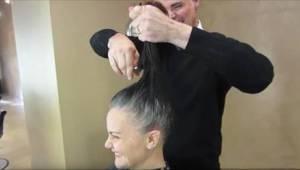 Hän ei enää halunnut värjätä harmaita hiuksiaan, jolloin kampaaja sai loistavan