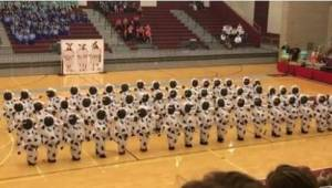 Nämä lehmiksi pukeutuneet oppilaat saivat seisovat aplodit esityksensä johdosta.