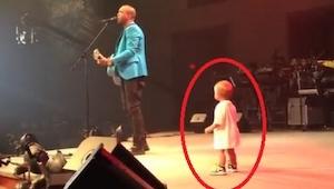 Pieni lapsi meni halaamaan isäänsä lavalle. Seuraavaksi tapahtunut sulattaa ylei