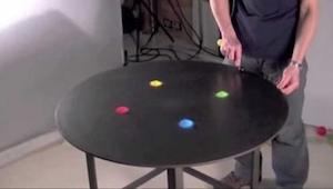 Hän laittoi pöydälle värillistä hiekkaa. Se mitä hän sillä teki sai meidät ihast
