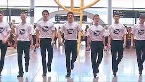 Dublinin lentokentän matkustajat äimistyivät kun 60 hengen joukko alkoi yhtäkkiä