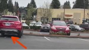 Mies ajoi kahdelle pysäköintipaikalle. Kun mies palasi autolle, odotti häntä ans