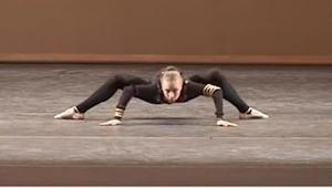 Tanssija asettelee kätensä ja jalkansa leveään asentoon lattialle. Mitä tapahtuu