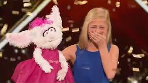 Nuori tyttö laittaa nuken käteensä – se mitä hän teki hetken päästä, sai koko yl