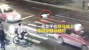 Taksi törmäsi naiseen. Yli minuutin ajan ohikulkijat jättivät hänet huomiotta, k