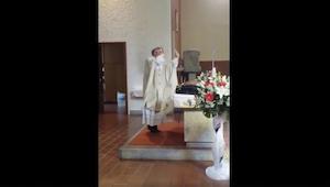 Vihkitilaisuus oli parhaimmillaan, kunnes pappi alkoi yllättäen käyttäytymään ep