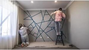 Seinä peitettiin osin teipillä. Kun he ovat lopettavat maalaamisen, tulos on ila