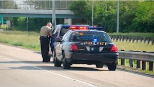 Isän oli määrä saada sakot liian tummien autonlasien takia, mutta sitten poliisi