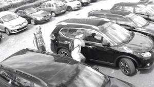 Miehet etsivät autoa ja näyttää että he yrittävät varastaa sen. Murtautumisen to