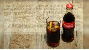 Aina on hyvä pitää mukanaan pullollinen Coca-Colaa. Se voi pelastaa henkesi.