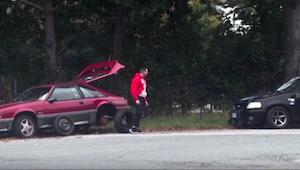 Miehen auto hajosi, mutta kukaan ei pysähtynyt auttamaan häntä...paitsi yksi hen