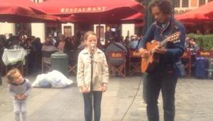 11-vuotias halusi esiintyä katusoittajan kanssa - kun hän alkoi laulaa Ave Maria
