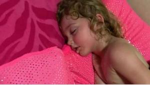 Äiti ajatteli tyttärensä nukkuvan hyvin, mutta kun hän yritti herättää tätä, hän