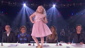 9-vuotias tyttö alkaa tanssia pöydällä tuomariston edessä - muutaman sekunnin ku