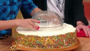 Hän laittoi kulhon kakun päälle leikatakseen sen. Fantastinen tulos!