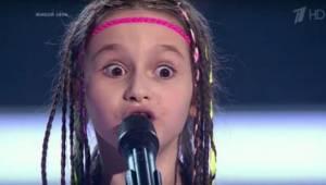 Kun tämä tyttö saapui venäläisen kykyohjelman lavalle kaksi poikaa avustajinaan,
