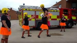 Palomiehet pukeutuivat pitkiin sukkiin, oransseihin hameisiin ja tallensivat vid
