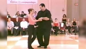 Tanssija, joka on reilusti ylipainoinen? Heti kun hän alkaa liikkua, kaikkien le