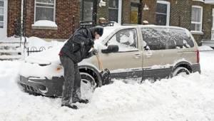 Miehen siistiessä autoa lumesta, vaimo ja lapset odottivat autossa. Tilanne sai