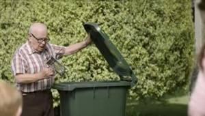 Naapurit eivät tienneet, miksi tämä mies heittää uusia esineitä roskikseen. Pien