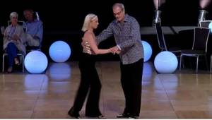 Kun pari ilmestyi tanssilattialle, yleisö hullaantui! He eivät näytä sopivan yht