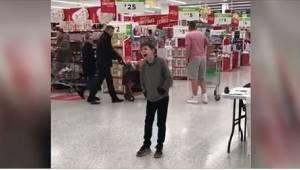 Kun tämä 10-vuotias autistilapsi lauloi supermarketissa, hän hämmästytti kaikkia