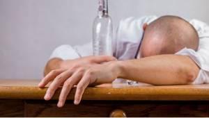 Juopunut aviomies palaa kotiin firman juhlien jälkeen. Hänen vaimonsa reaktio yl