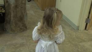 Tyttö pelkäsi kulkea kirkon käytävän läpi kukkien kanssa. Sitten yksi paikallaol