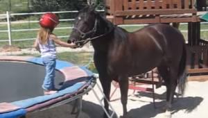 Kolmevuotias pikkutyttö haluaa ratsastaa hevosella. Hänen äitinsä kuvaama video